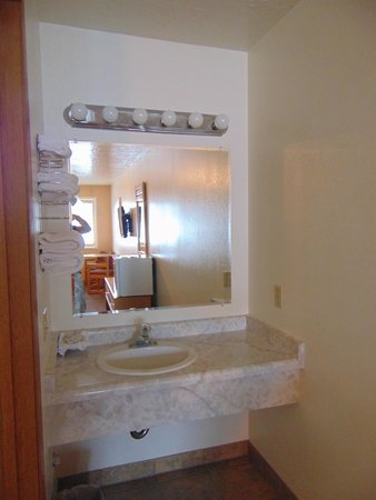Church's Blue Pine Motel: bathroom
