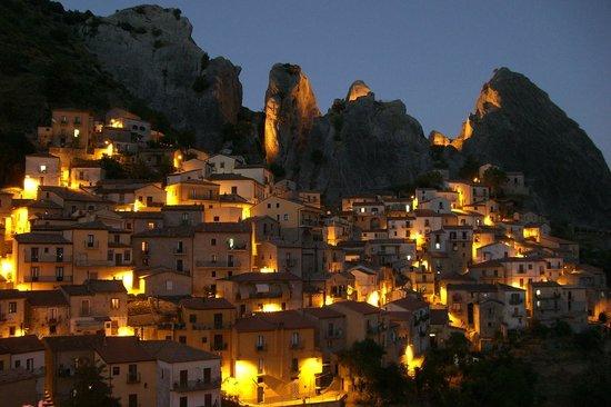 Trattoria Al Vecchio Scarpone: Visione notturna di Castelmezzano
