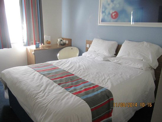 Travelodge Cambridge Orchard Park: Firm bed, firm pillows and warm but not heavy quilt