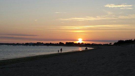 Camping Le Caravan'ile: Très beau coucher de soleil depuis la plage !