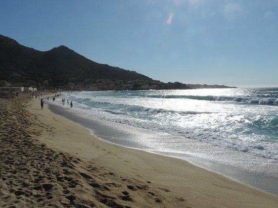 Camping de la Plage : Strand vor dem Camping, im Hintergrund Algajola
