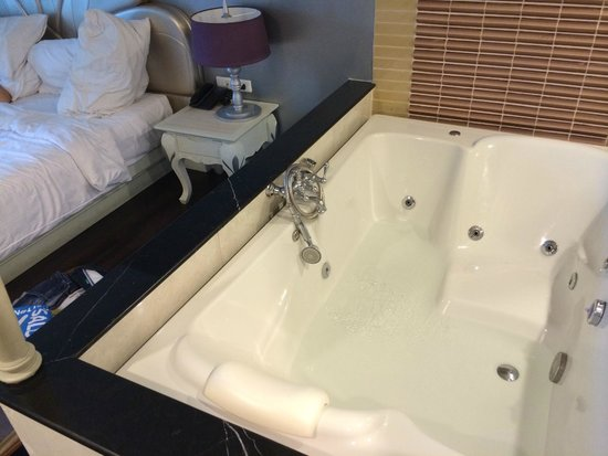 Chillax Resort: vasca affianco al letto FANTASTICAAAAA