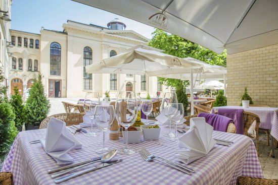 La Maddalena Restaurant: La Maddalena Summer Garden with the splendid view of Synagogue