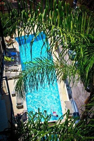 Hotel Corallo: Вид на бассейн с балкона 4-го этажа