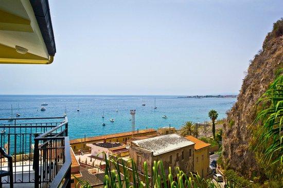 Hotel Corallo: Вид на море с балкона 4-го этажа