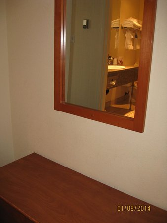 Lakeview Inns & Suites - Okotoks : Small Hallway