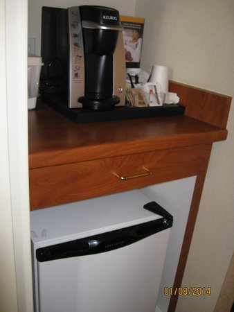 Lakeview Inns & Suites - Okotoks : Fridge, microwave, coffee pot etc