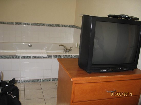 Lakeview Inns & Suites - Okotoks : Jacuzzi tub in bedroom