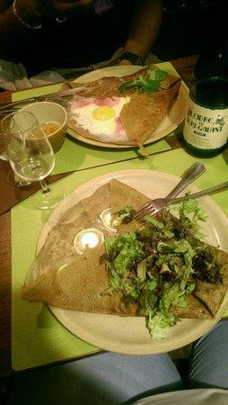 La Cidrerie : Galette jambon oeuf fromage et galette chèvre buchette lardons crème fraîche salade