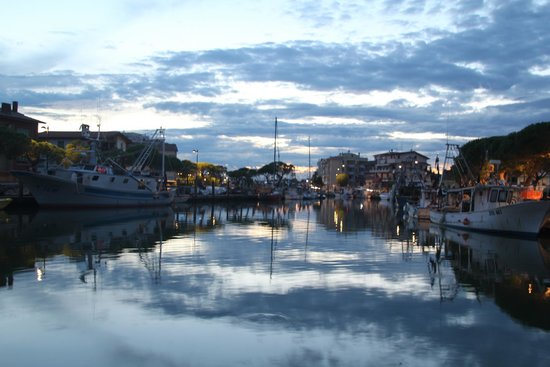Residence Villaggio Dei Fiori : canale portuale di sera