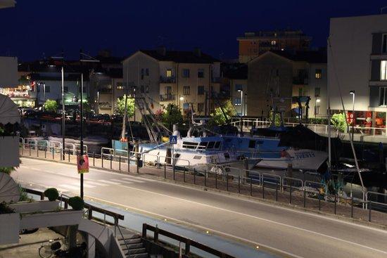 Residence Villaggio Dei Fiori : vista dal balcone di notte