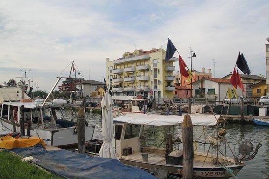Residence Villaggio Dei Fiori : il palazzo viso dal canale