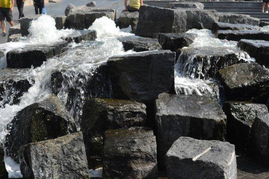 Hotel Melinda : Fontaine d'eau avec rocher sur la petite place