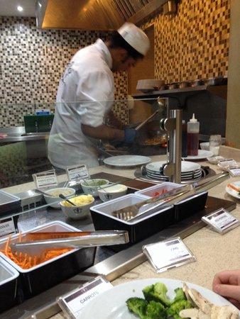 Aneesa's Buffet Restaurant: Chef preparing fresh stir fry