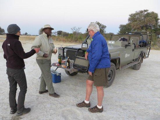 Lagoon Camp - Kwando Safaris: Sundowner bei der Pirschfahrt