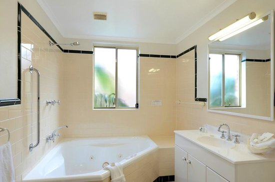Terralong Terrace Apartments: Poolside apt spa bathroom
