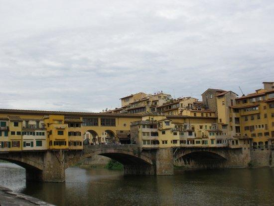 Ponte Vecchio: Puente Viejo desde la ribera del Arno