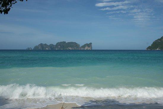 Paradise Resort Phi Phi : Вид с пляжа на Пхи Пхи Лей