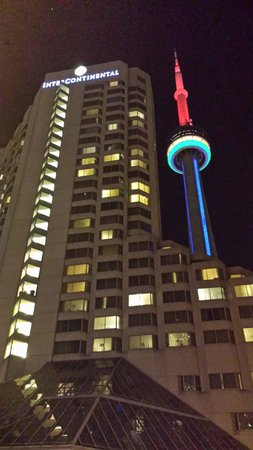 InterContinental Toronto Centre: Night view of hotel and CN tower