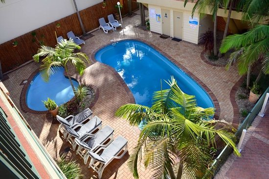 Terralong Terrace Apartments: View of pool area from poolside apt