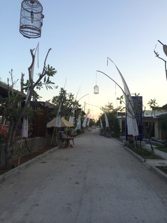 Aston Sunset Beach Resort: Welcome....Dead trees and torn flags