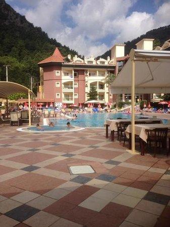 Greenworld Apartments: Great pool, restaurant and bar.
