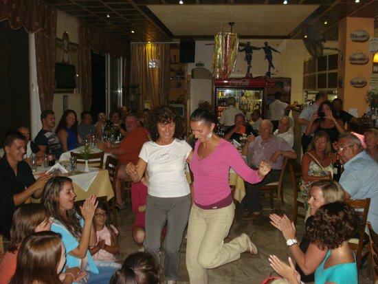 White Lady Cretan Family Taverna: Gli animatori coinvolgono il pubblico...