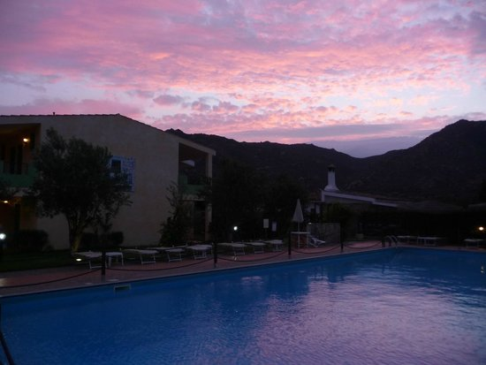 Le Zagare: La piscina di sera
