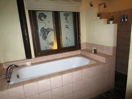 Tegal Sari: Deluxe Bathroom