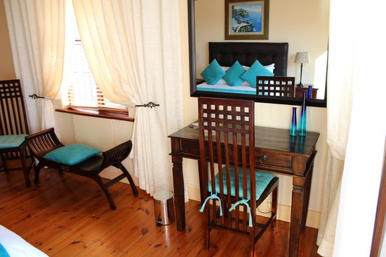 Aquamarine Guest House: Console table room 4