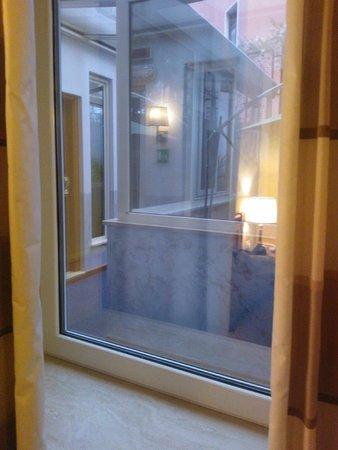 """Hotel delle Province: Tak wyglądają """"okna"""" w pokojach na na parterze. Wychodzą na korytarz którym chodzą inni goście."""