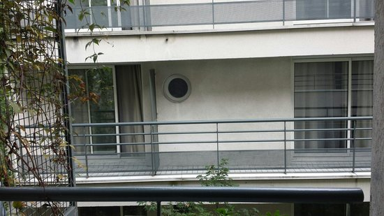 Hotel Jardins d'Eiffel : Balcony across no privacy mucky