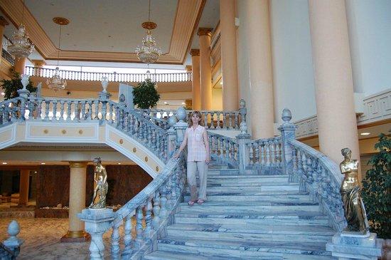 Palas Pineda: шикарная лестница