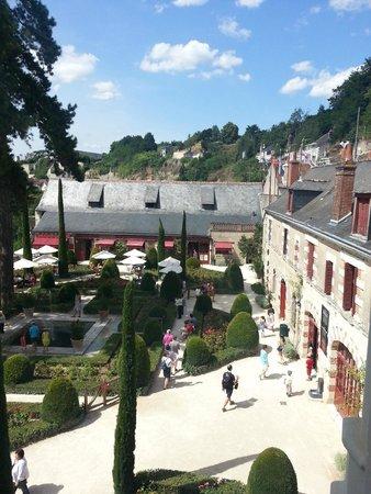 Le Clos Lucé : La vue du premier étage sur le jardin interieur et au loin le chateau d'Amboise