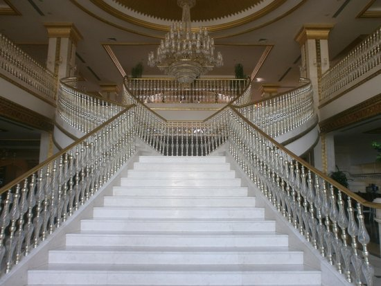 Crystal Palace Luxury Resort & Spa: Hotel staircase