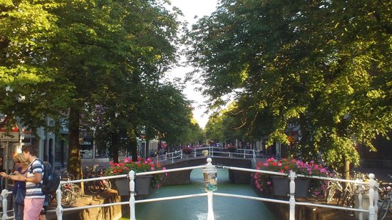 Best Western Museumhotels Delft: Canal outside front of hotel