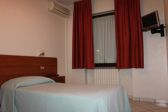 Hotel Baiardo: camera con aria condizionata e frigo bar, molto pulita