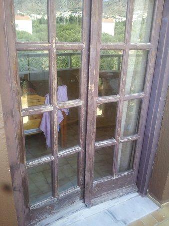 Adams Apartments: balcony doors