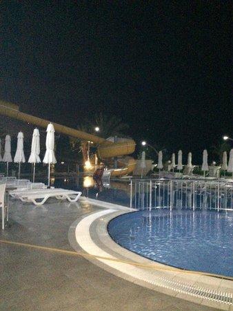 White Gold Hotel & Spa: Zwembad s'avonds