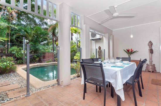 The Villas Palm Cove: outside dining and own private pool