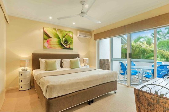 The Villas Palm Cove: master bedroom