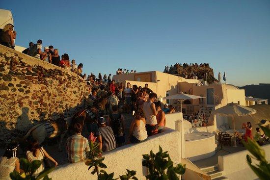 Kastro Oia Restaurant: crowds