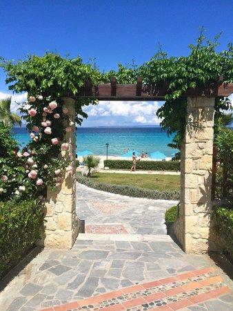 Aegean Melathron Thalasso Spa Hotel: Porten til stranden