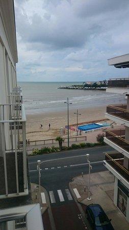 Le Grand Hotel de la Plage - Royan : Vu du balcon avec en face des appartements avec terrasse... Seule la rue nous separe