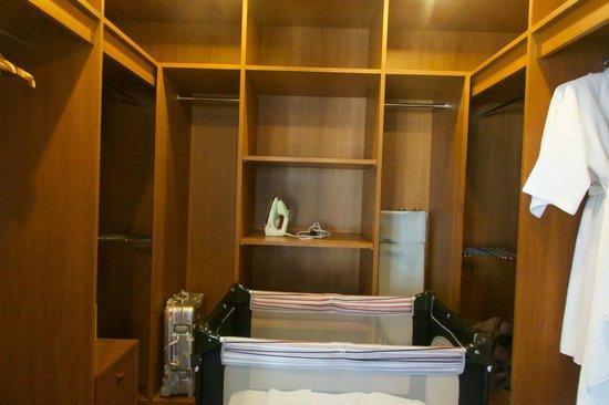Angsana Villas Resort Phuket: Walk-in Closet of Master Bedroom