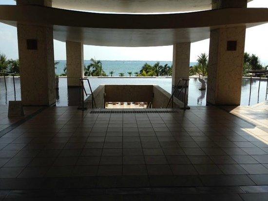 Grandvrio Resort Ishigakijima Grandvrio Garden: エンタランスから竹富島が見えます
