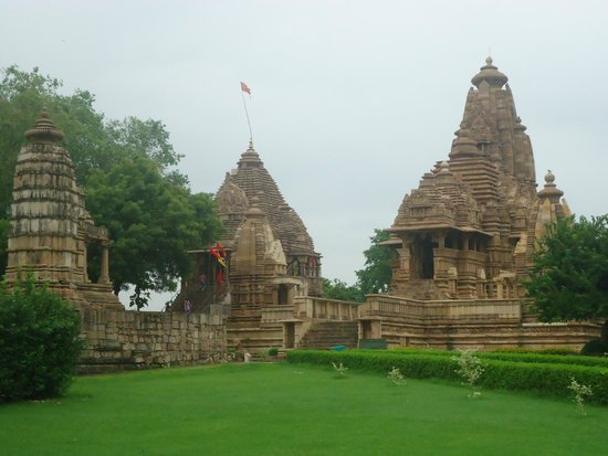 Chhatarpur, India: The centre Temple is the one and the one to the right is the Vishwanath Temple ie part of the We