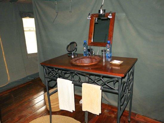 Ngorongoro Forest Tented Lodge: Salle de bain avec toilette et douche juste derrière