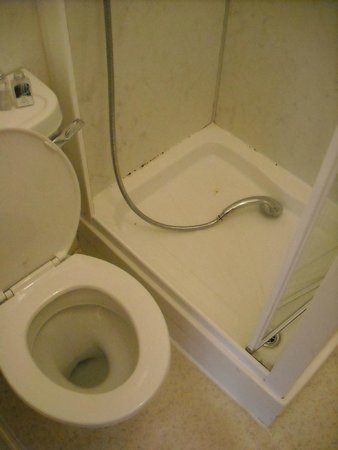 Marlborough Hotel: Shower and toilet on top of each other. Shower tray dirty.