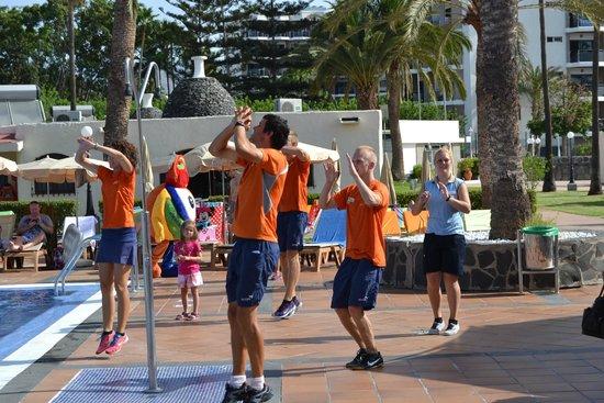 HD Parque Cristobal Gran Canaria: Felicidades equipo de animacion, junto a Chachi, su mascota